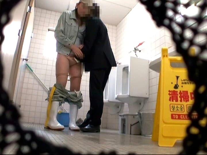 【清掃員エロ画像】公衆便所や銭湯やビルで清掃員してる欲求不満熟女を仕事中に寝取った清掃員エロ画像集! 70