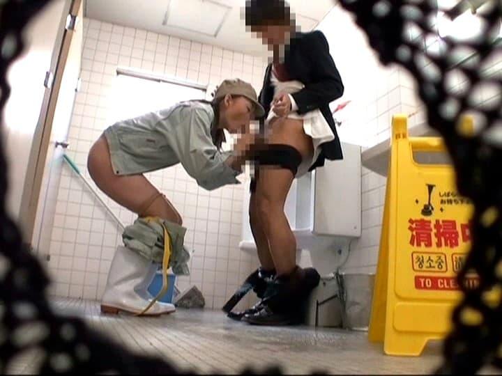 【清掃員エロ画像】公衆便所や銭湯やビルで清掃員してる欲求不満熟女を仕事中に寝取った清掃員エロ画像集! 78
