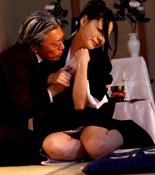 【喪服エロ画像】元夫の仏前で巨乳熟女の未亡人が着る喪服を脱がして剛毛まんこに挿入して寝取ちゃってる喪服エロ画像集ww 55