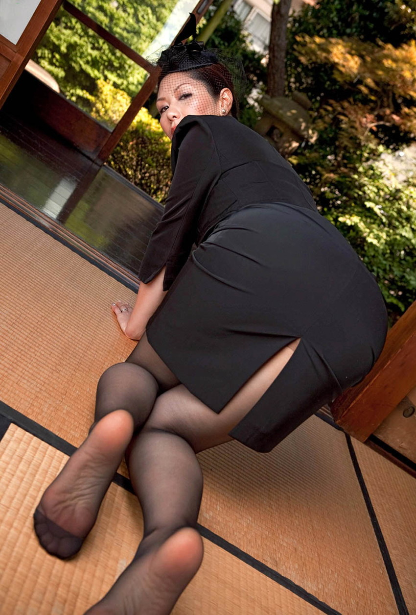 【喪服エロ画像】元夫の仏前で巨乳熟女の未亡人が着る喪服を脱がして剛毛まんこに挿入して寝取ちゃってる喪服エロ画像集ww 58