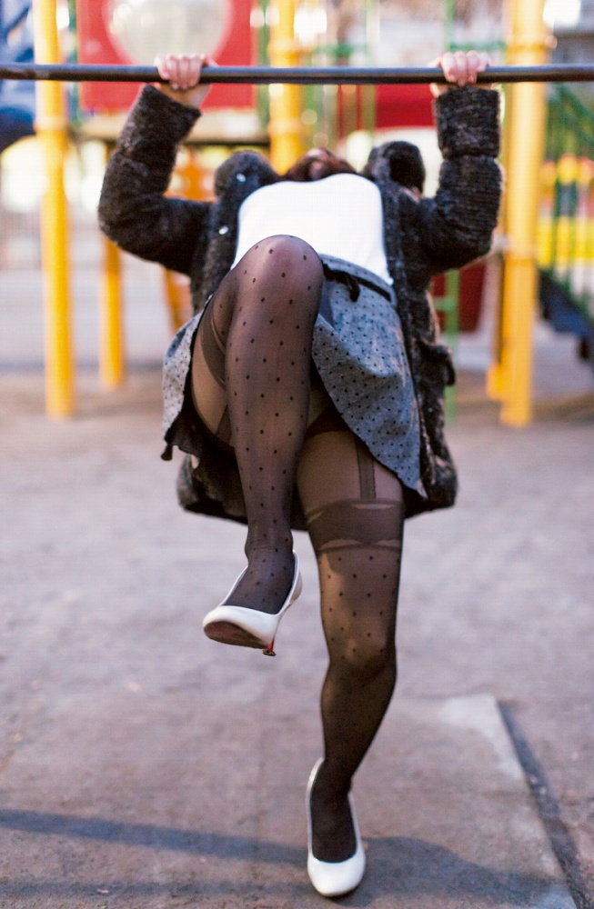 【黒タイツエロ画像】JKやOLの最強美脚エロアイテム黒タイツから透けパンやパンチラしちゃってる黒タイツエロ画像集!ww 29