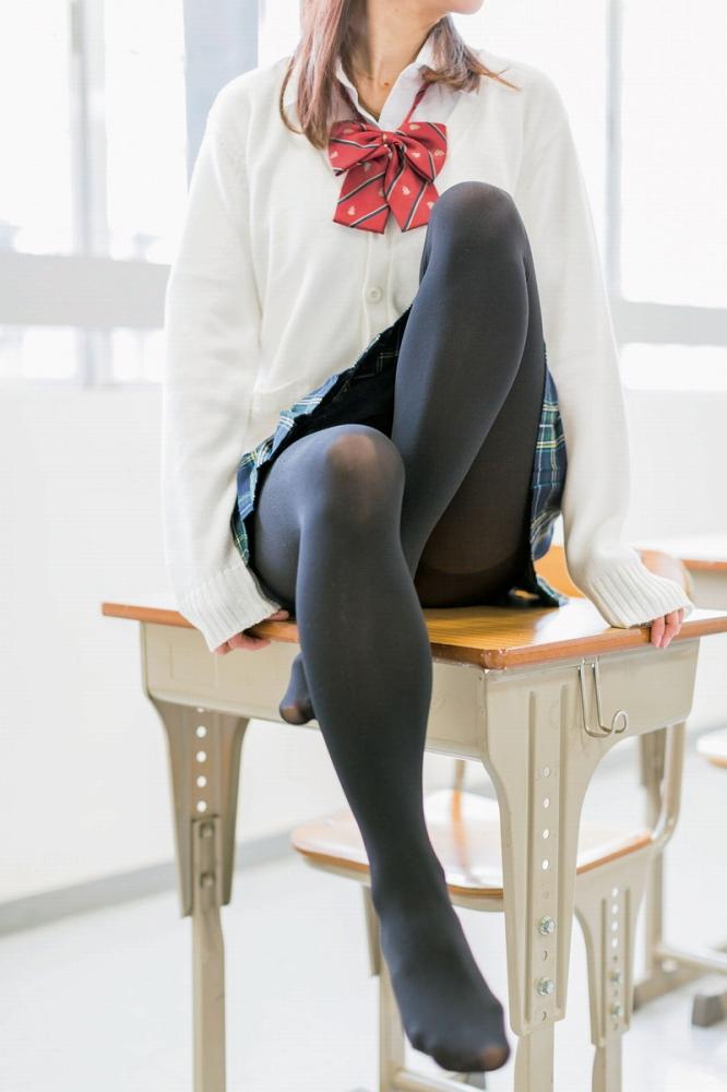 【黒タイツエロ画像】JKやOLの最強美脚エロアイテム黒タイツから透けパンやパンチラしちゃってる黒タイツエロ画像集!ww 44