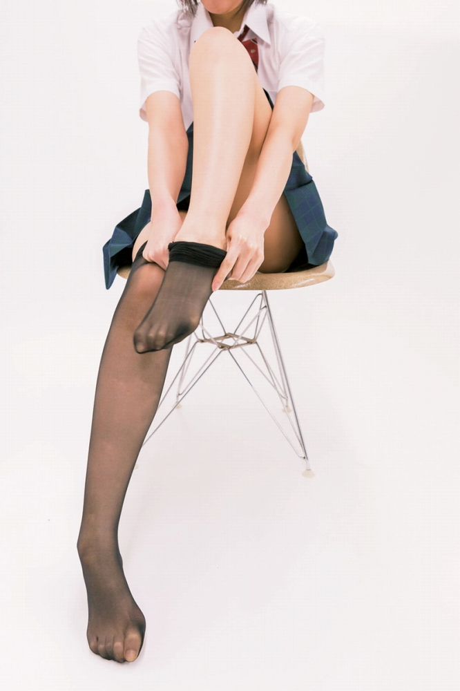 【黒タイツエロ画像】JKやOLの最強美脚エロアイテム黒タイツから透けパンやパンチラしちゃってる黒タイツエロ画像集!ww 45