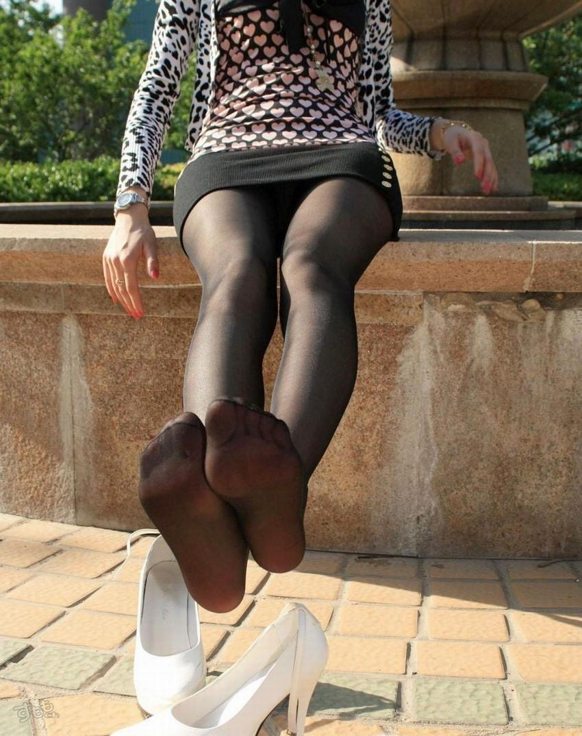 【黒タイツエロ画像】JKやOLの最強美脚エロアイテム黒タイツから透けパンやパンチラしちゃってる黒タイツエロ画像集!ww 48