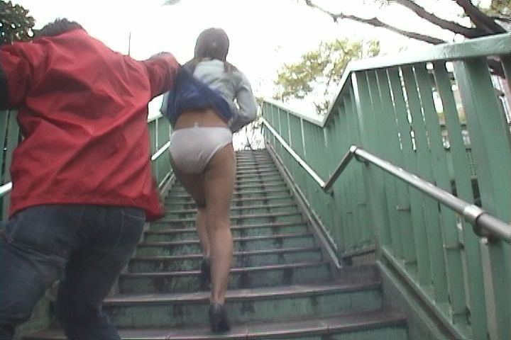【スカート捲りエロ画像】無防備な生活感のある素人パンティー最高!スカート捲りでパンモロ状態する瞬間を隠し撮り!ww 10