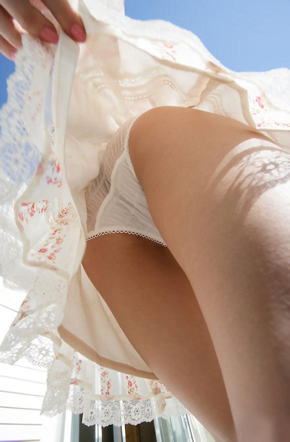 【スカート捲りエロ画像】無防備な生活感のある素人パンティー最高!スカート捲りでパンモロ状態する瞬間を隠し撮り!ww 21