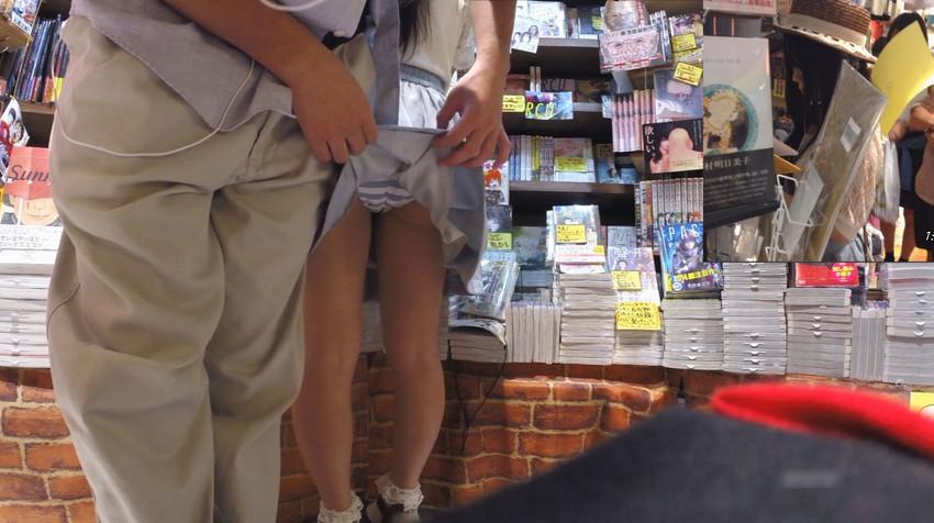 【スカート捲りエロ画像】無防備な生活感のある素人パンティー最高!スカート捲りでパンモロ状態する瞬間を隠し撮り!ww 34