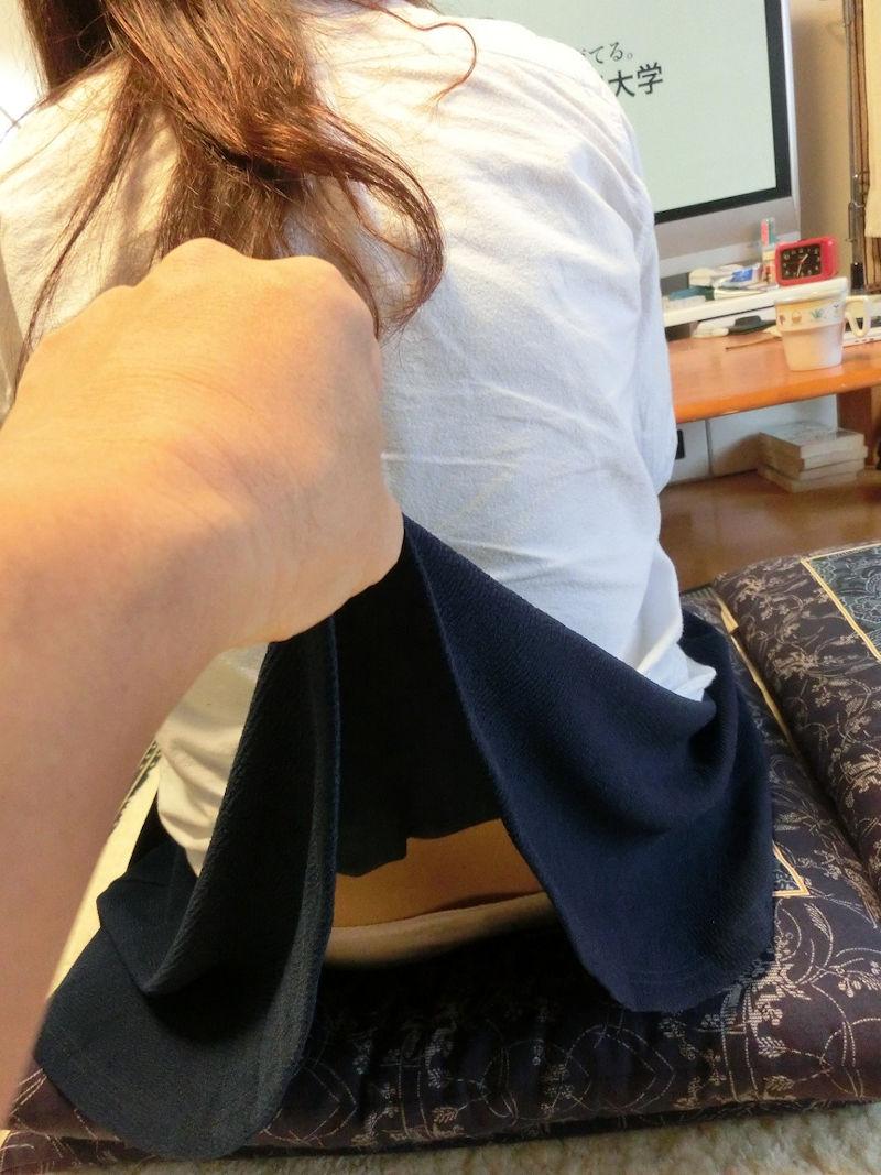 【スカート捲りエロ画像】無防備な生活感のある素人パンティー最高!スカート捲りでパンモロ状態する瞬間を隠し撮り!ww 35