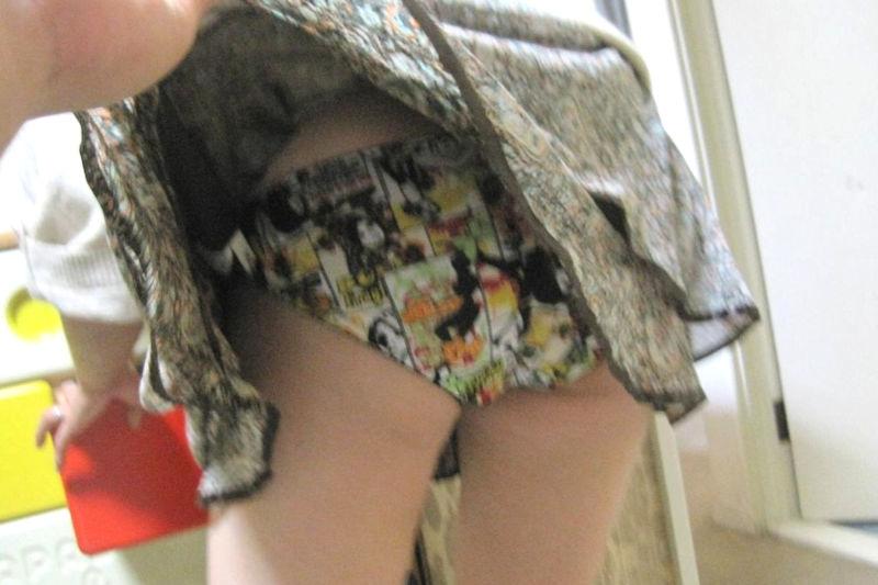 【スカート捲りエロ画像】無防備な生活感のある素人パンティー最高!スカート捲りでパンモロ状態する瞬間を隠し撮り!ww 79