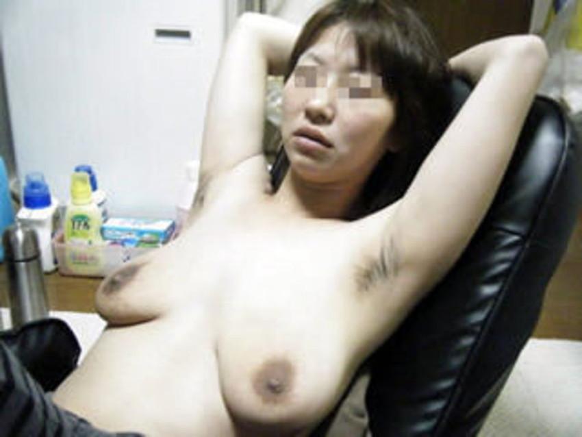 【脇毛エロ画像】熟女のだらしないカラダからハミ出る脇毛がエロ過ぎて寝取りたくなる件ww 26