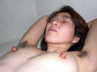 【脇毛エロ画像】熟女のだらしないカラダからハミ出る脇毛がエロ過ぎて寝取りたくなる件ww 61
