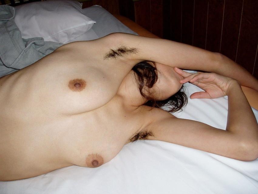 【脇毛エロ画像】熟女のだらしないカラダからハミ出る脇毛がエロ過ぎて寝取りたくなる件ww 74