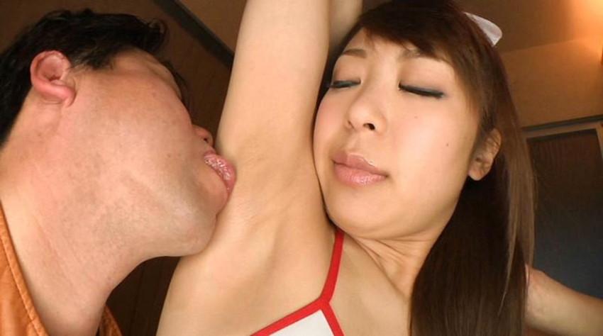 【脇舐めエロ画像】女性の新たな性感帯として新発見!汗ばんでムレて臭う脇の下を舐められ恥じらいながらも感じちゃってる脇舐めエロ画像集!w 53