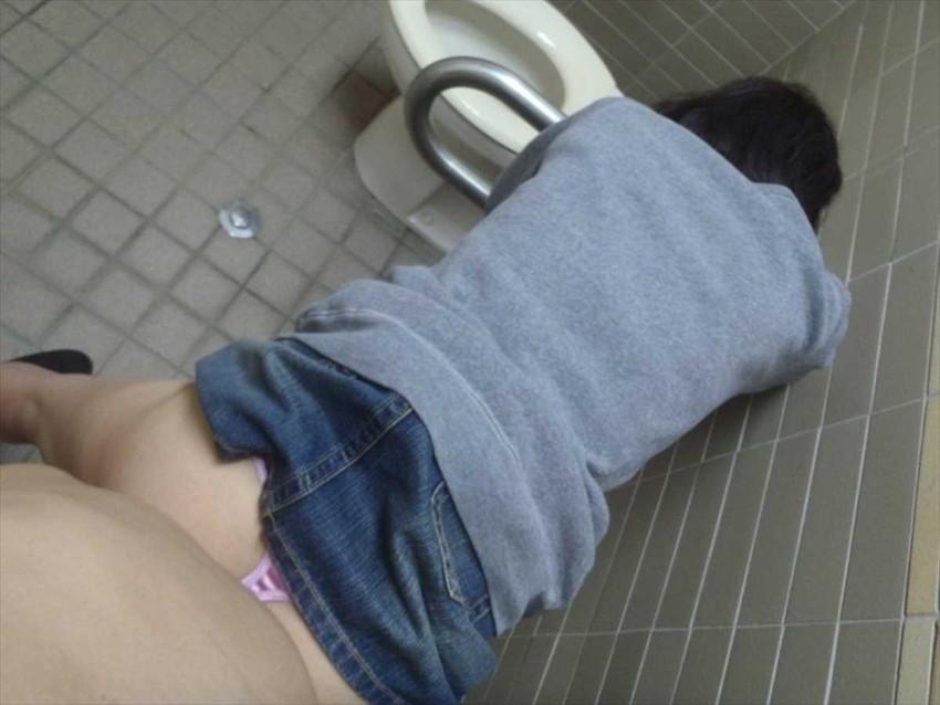 【公衆トイレセックスエロ画像】公園の汚い公衆便所やショッピングセンターの誰でもトイレでドマゾ娘を調教してる公衆トイレセックスのエロ画像集!ww【80枚】 38