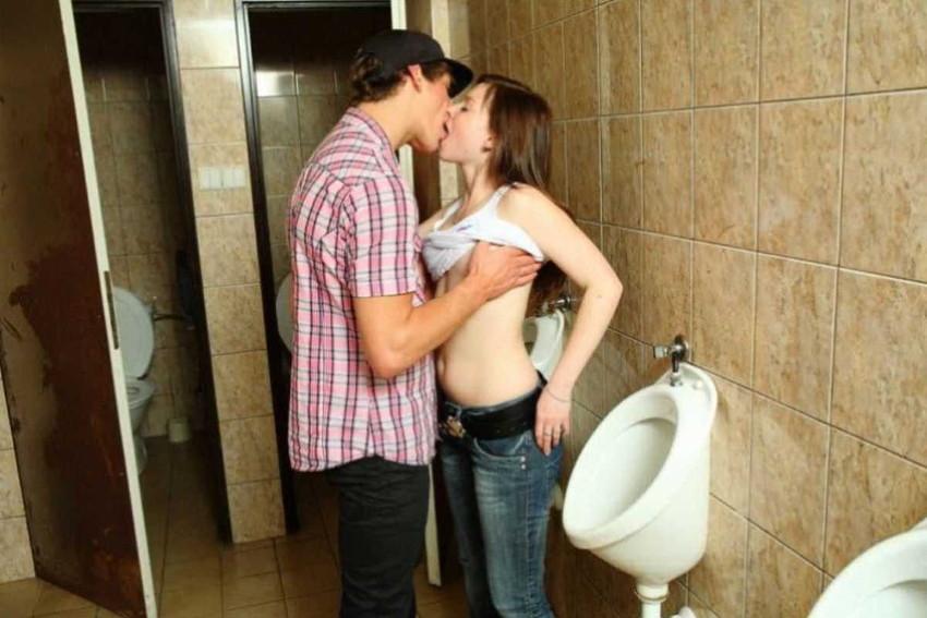 【公衆トイレセックスエロ画像】公園の汚い公衆便所やショッピングセンターの誰でもトイレでドマゾ娘を調教してる公衆トイレセックスのエロ画像集!ww【80枚】 49