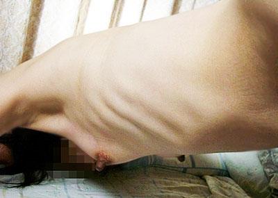 【ガリガリ貧乳エロ画像集】肋骨浮き出るガリガリ女子に漏れなくついてくる貧乳が一周廻ってエロ過ぎる件ww