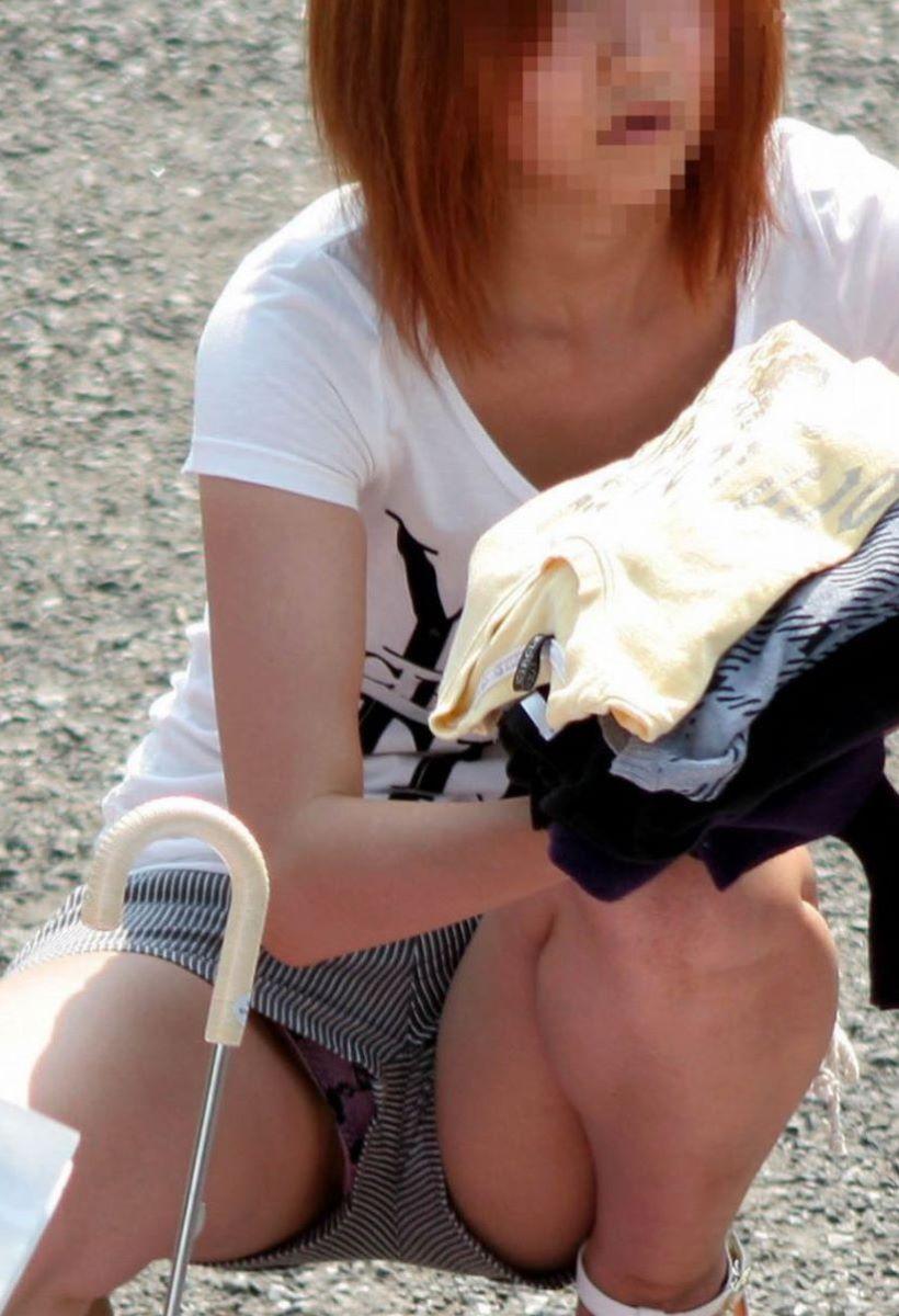 【しゃがみパンチラエロ画像集】素人娘がしゃがんで前からぷっくりモリマンのパンチラ、後ろから尻のワレメが見えるパンチラしてるしゃがみパンチラエロ画像集ww 21