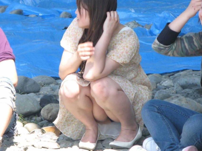 【しゃがみパンチラエロ画像集】素人娘がしゃがんで前からぷっくりモリマンのパンチラ、後ろから尻のワレメが見えるパンチラしてるしゃがみパンチラエロ画像集ww 37