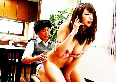 【電話しながらセックスエロ画像】浮気相手にクンニやガチハメされながら彼氏や旦那と電話してる電話しながらセックスのエロ画像集!ww【80枚】