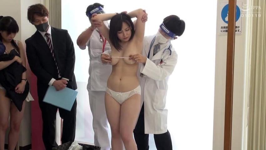 【健康診断エロ画像】エロドクターが職権乱用してロリなJKやデカパイOLにセクハラしまくる健康診断のエロ画像集!ww【80枚】 13