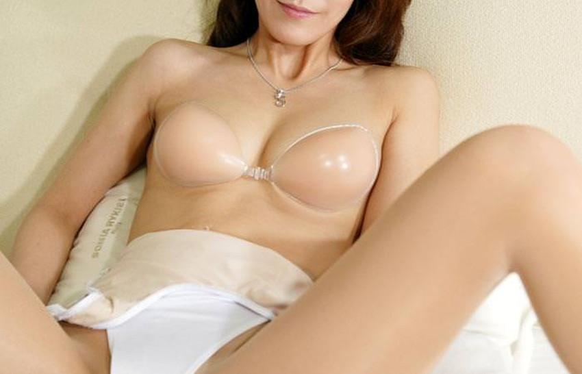 【ヌーブラエロ画像】ペロンと剥がして乳首を拝みたくなるヌーブラのエロ画像集!ww【80枚】 24
