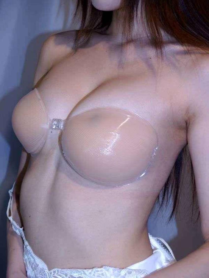 【ヌーブラエロ画像】ペロンと剥がして乳首を拝みたくなるヌーブラのエロ画像集!ww【80枚】 33