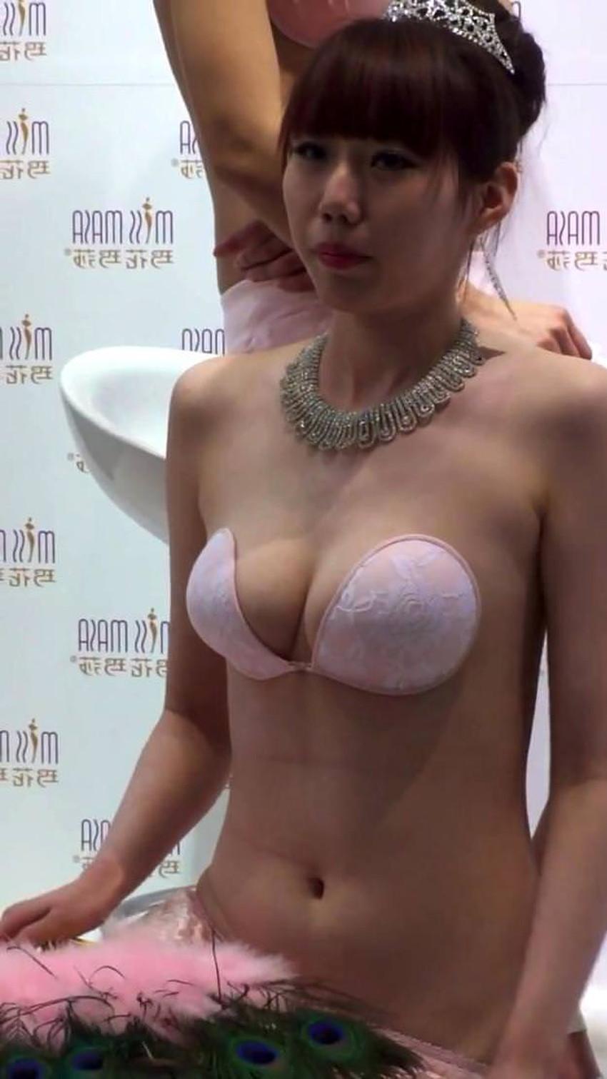 【ヌーブラエロ画像】ペロンと剥がして乳首を拝みたくなるヌーブラのエロ画像集!ww【80枚】 78