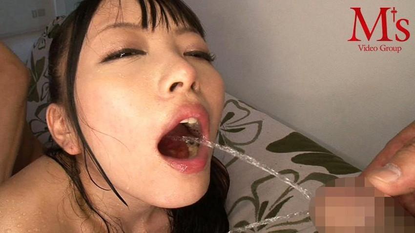 【飲尿エロ画像】嬉しそうにキモメンの放尿したおしっこを飲み干してるドマゾな変態女子の飲尿エロ画像集!ww【80枚】 03