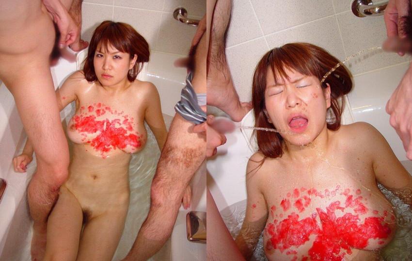 【飲尿エロ画像】嬉しそうにキモメンの放尿したおしっこを飲み干してるドマゾな変態女子の飲尿エロ画像集!ww【80枚】 14