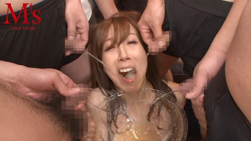 【飲尿エロ画像】嬉しそうにキモメンの放尿したおしっこを飲み干してるドマゾな変態女子の飲尿エロ画像集!ww【80枚】 22