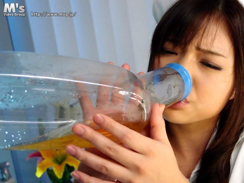 【飲尿エロ画像】嬉しそうにキモメンの放尿したおしっこを飲み干してるドマゾな変態女子の飲尿エロ画像集!ww【80枚】 37