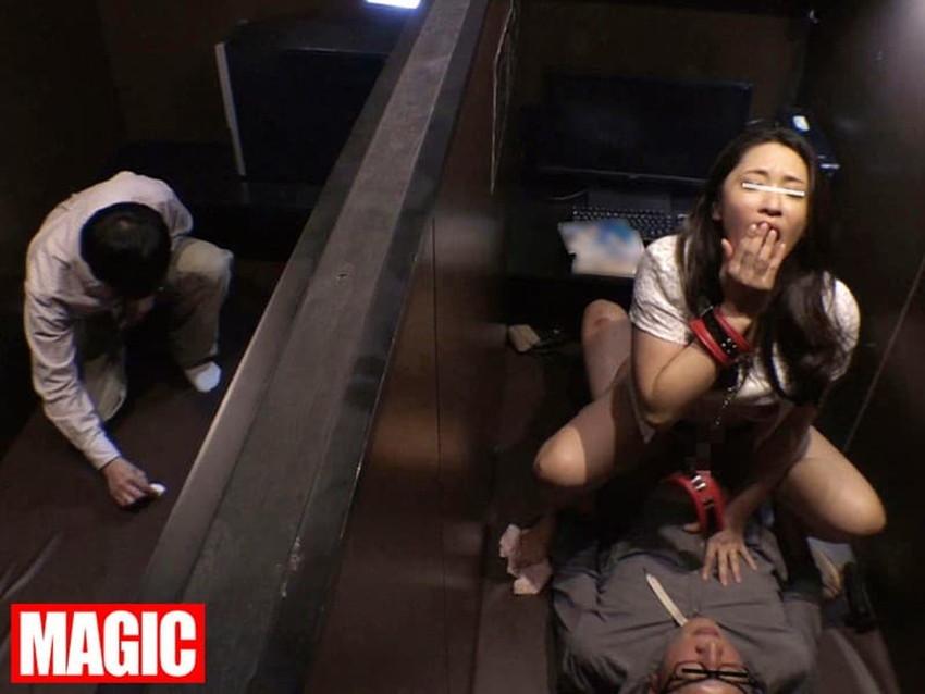【ネカフェセックスエロ画像】隣にも人がいるネットカフェで喘ぎ声を殺しながらガチハメしてるネカフェセックスのエロ画像集!ww【80枚】