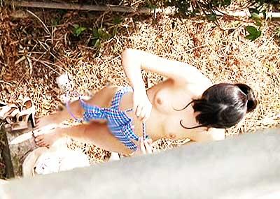 【野外着替えエロ画像】野外でこっそり水着やスポユニに着替える素人娘を隠し撮りしたった野外着替えのエロ画像集!ww【80枚】