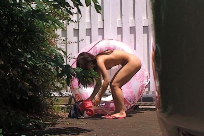 【野外着替えエロ画像】野外でこっそり水着やスポユニに着替える素人娘を隠し撮りしたった野外着替えのエロ画像集!ww【80枚】 17