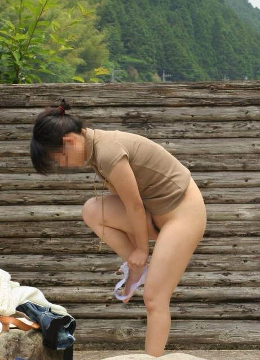 【野外着替えエロ画像】野外でこっそり水着やスポユニに着替える素人娘を隠し撮りしたった野外着替えのエロ画像集!ww【80枚】 45