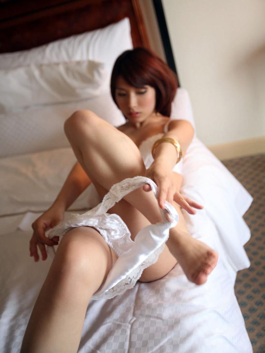【パンティー脱ぎかけエロ画像】美女がこちら見ながらランジェリーをゆっくり下ろしてセックスをおねだりしてくれてるパンティー脱ぎかけのエロ画像集!ww【80枚】 60
