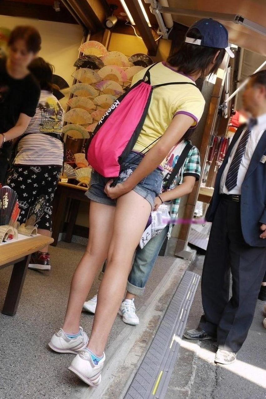【パンツ食い込み直しエロ画像】街中でミニスカギャルや制服JKがパンツの食い込みを直す瞬間を盗撮したったパンツ食い込み直しのエロ画像集!ww【80枚】 26