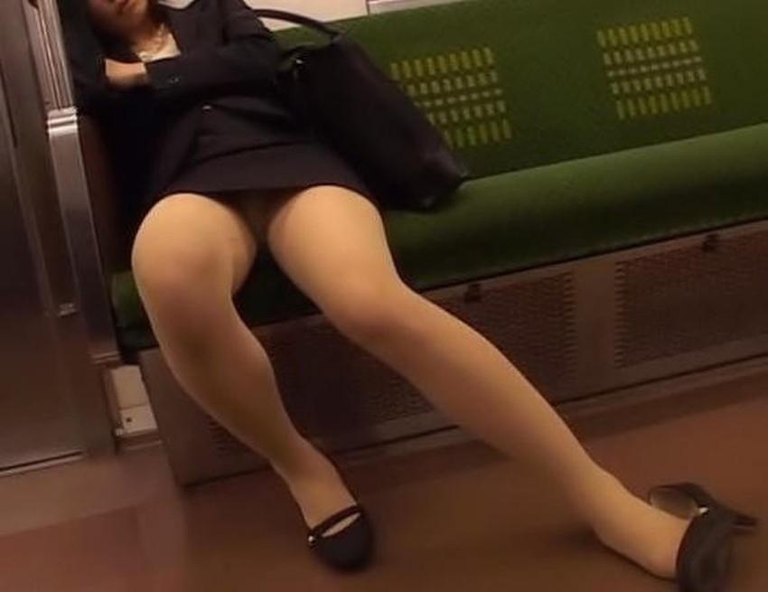 【居眠りパンチラエロ画像】居眠りOLが電車内でお股ユルユル!ww居眠り美女の無防備なパンチラを盗撮した居眠りパンチラのエロ画像集!ww【80枚】 02