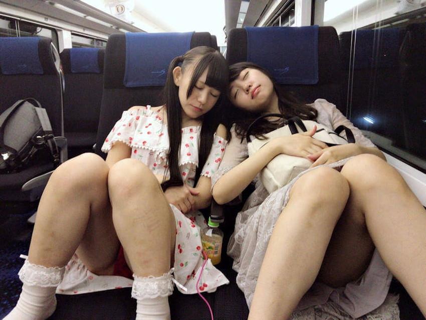 【居眠りパンチラエロ画像】居眠りOLが電車内でお股ユルユル!ww居眠り美女の無防備なパンチラを盗撮した居眠りパンチラのエロ画像集!ww【80枚】 04
