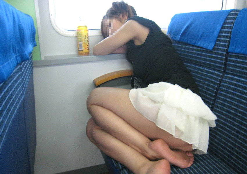【居眠りパンチラエロ画像】居眠りOLが電車内でお股ユルユル!ww居眠り美女の無防備なパンチラを盗撮した居眠りパンチラのエロ画像集!ww【80枚】 07