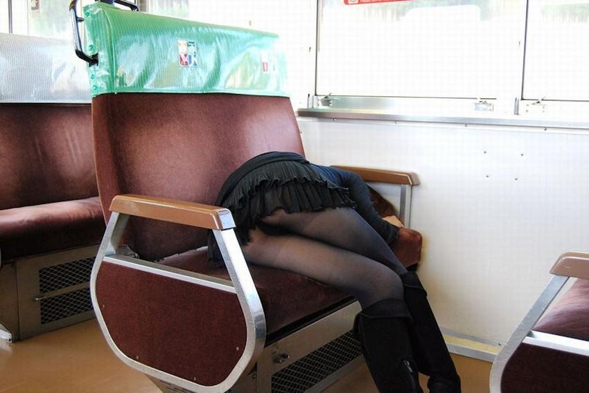 【居眠りパンチラエロ画像】居眠りOLが電車内でお股ユルユル!ww居眠り美女の無防備なパンチラを盗撮した居眠りパンチラのエロ画像集!ww【80枚】 09