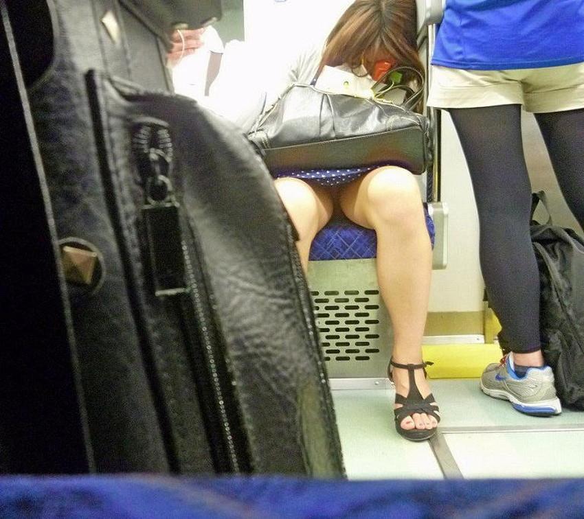 【居眠りパンチラエロ画像】居眠りOLが電車内でお股ユルユル!ww居眠り美女の無防備なパンチラを盗撮した居眠りパンチラのエロ画像集!ww【80枚】 10