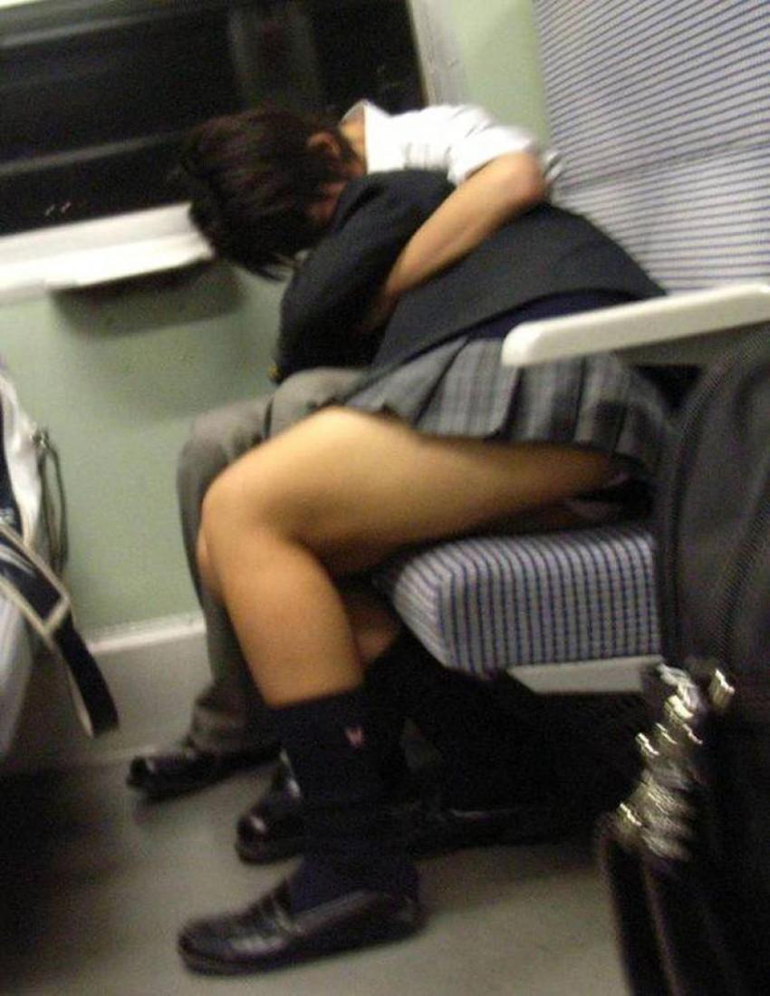 【居眠りパンチラエロ画像】居眠りOLが電車内でお股ユルユル!ww居眠り美女の無防備なパンチラを盗撮した居眠りパンチラのエロ画像集!ww【80枚】 19