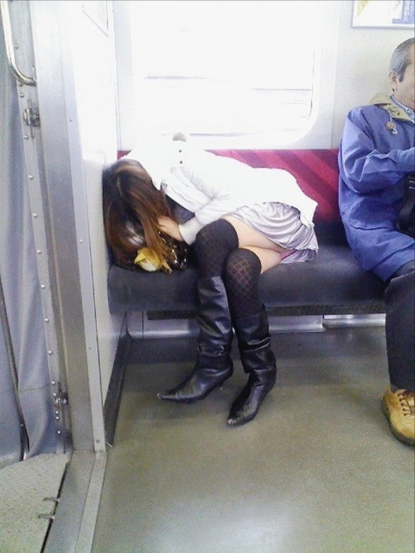 【居眠りパンチラエロ画像】居眠りOLが電車内でお股ユルユル!ww居眠り美女の無防備なパンチラを盗撮した居眠りパンチラのエロ画像集!ww【80枚】 23
