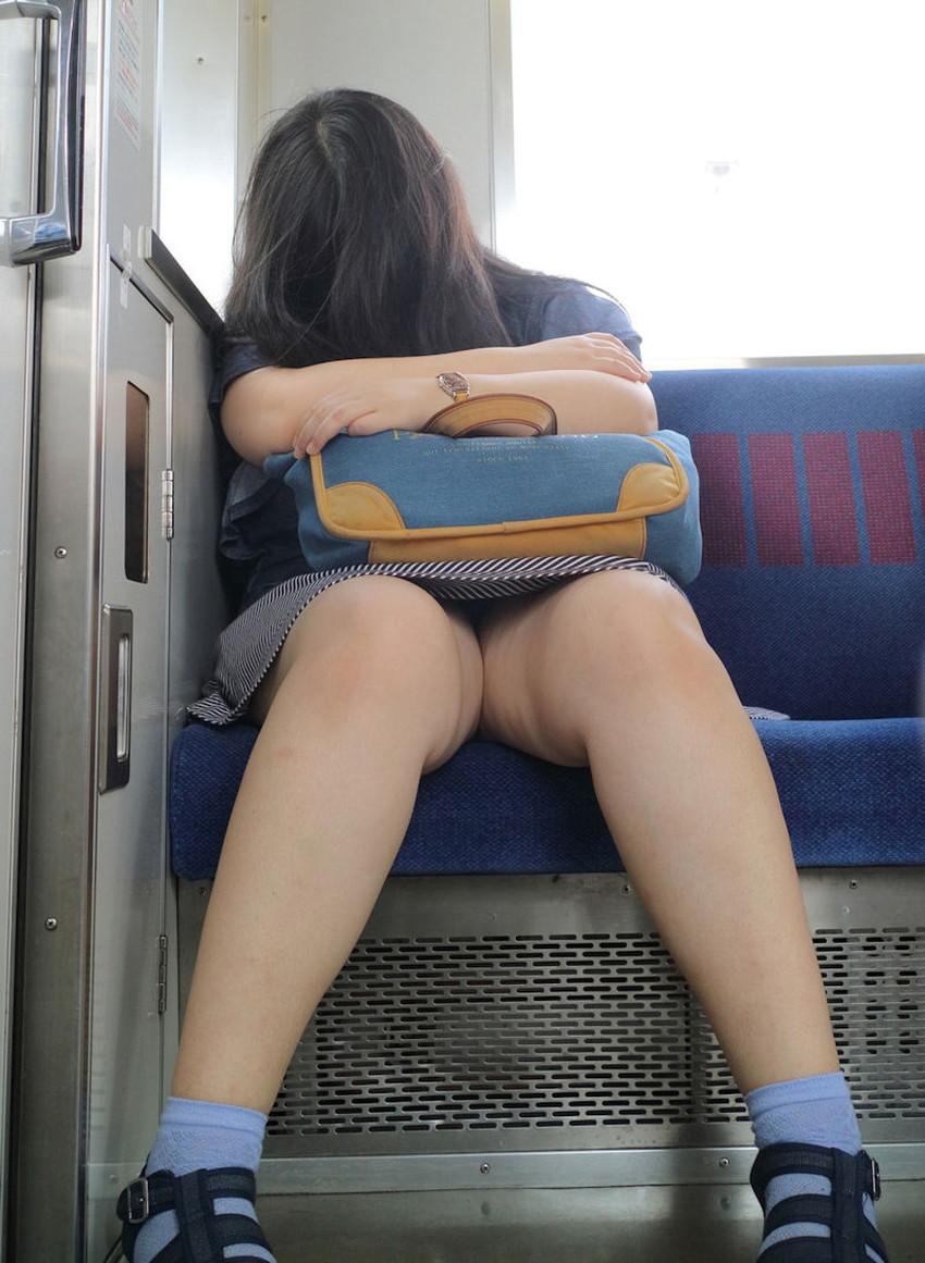 【居眠りパンチラエロ画像】居眠りOLが電車内でお股ユルユル!ww居眠り美女の無防備なパンチラを盗撮した居眠りパンチラのエロ画像集!ww【80枚】 25