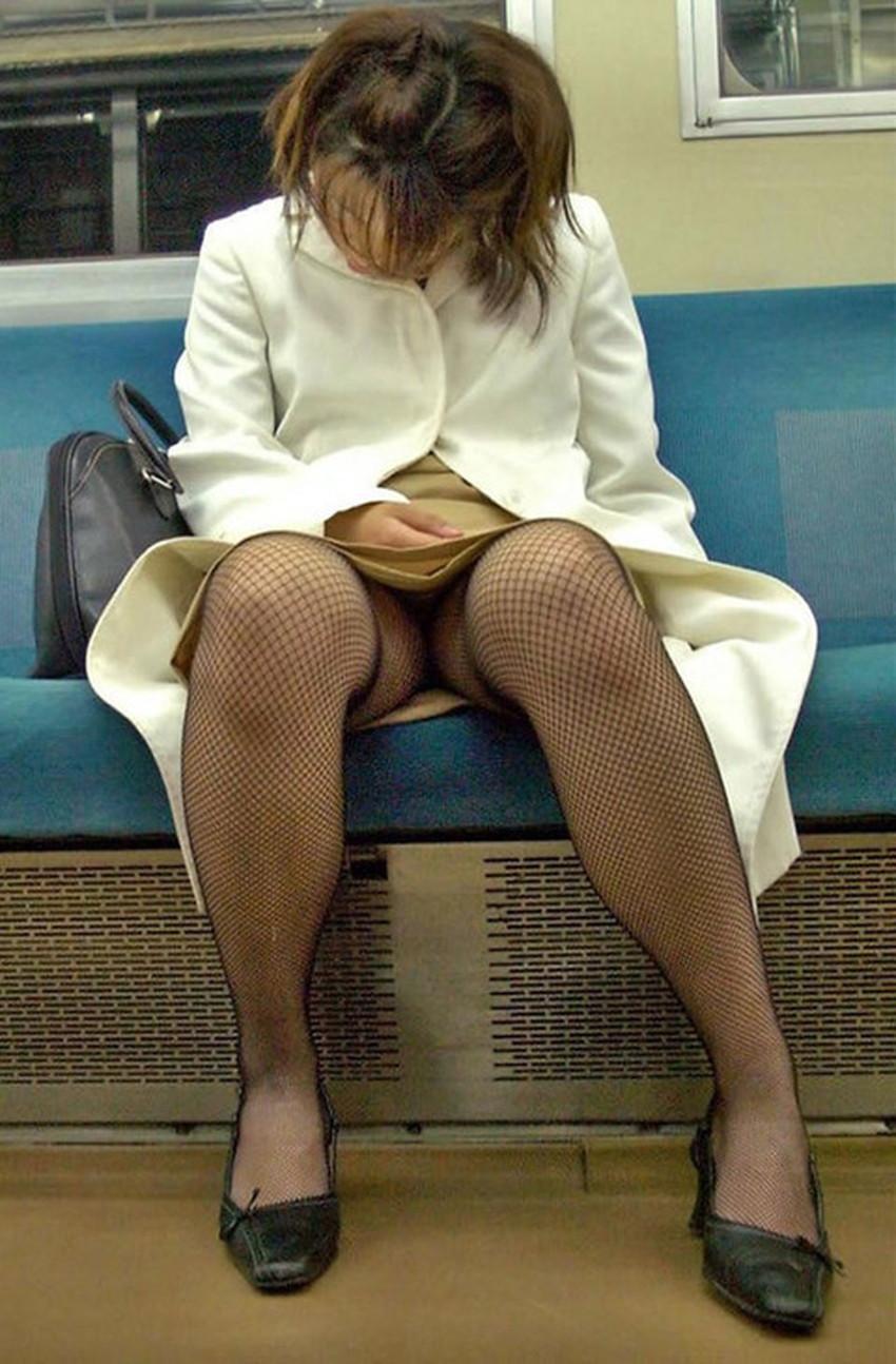 【居眠りパンチラエロ画像】居眠りOLが電車内でお股ユルユル!ww居眠り美女の無防備なパンチラを盗撮した居眠りパンチラのエロ画像集!ww【80枚】 29