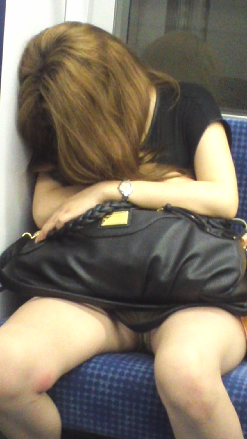 【居眠りパンチラエロ画像】居眠りOLが電車内でお股ユルユル!ww居眠り美女の無防備なパンチラを盗撮した居眠りパンチラのエロ画像集!ww【80枚】 31