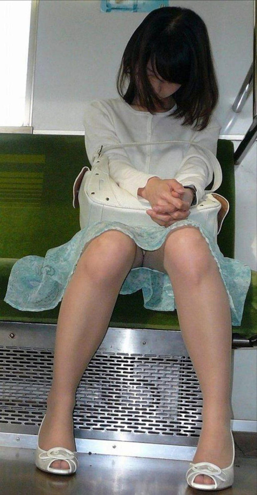 【居眠りパンチラエロ画像】居眠りOLが電車内でお股ユルユル!ww居眠り美女の無防備なパンチラを盗撮した居眠りパンチラのエロ画像集!ww【80枚】 32