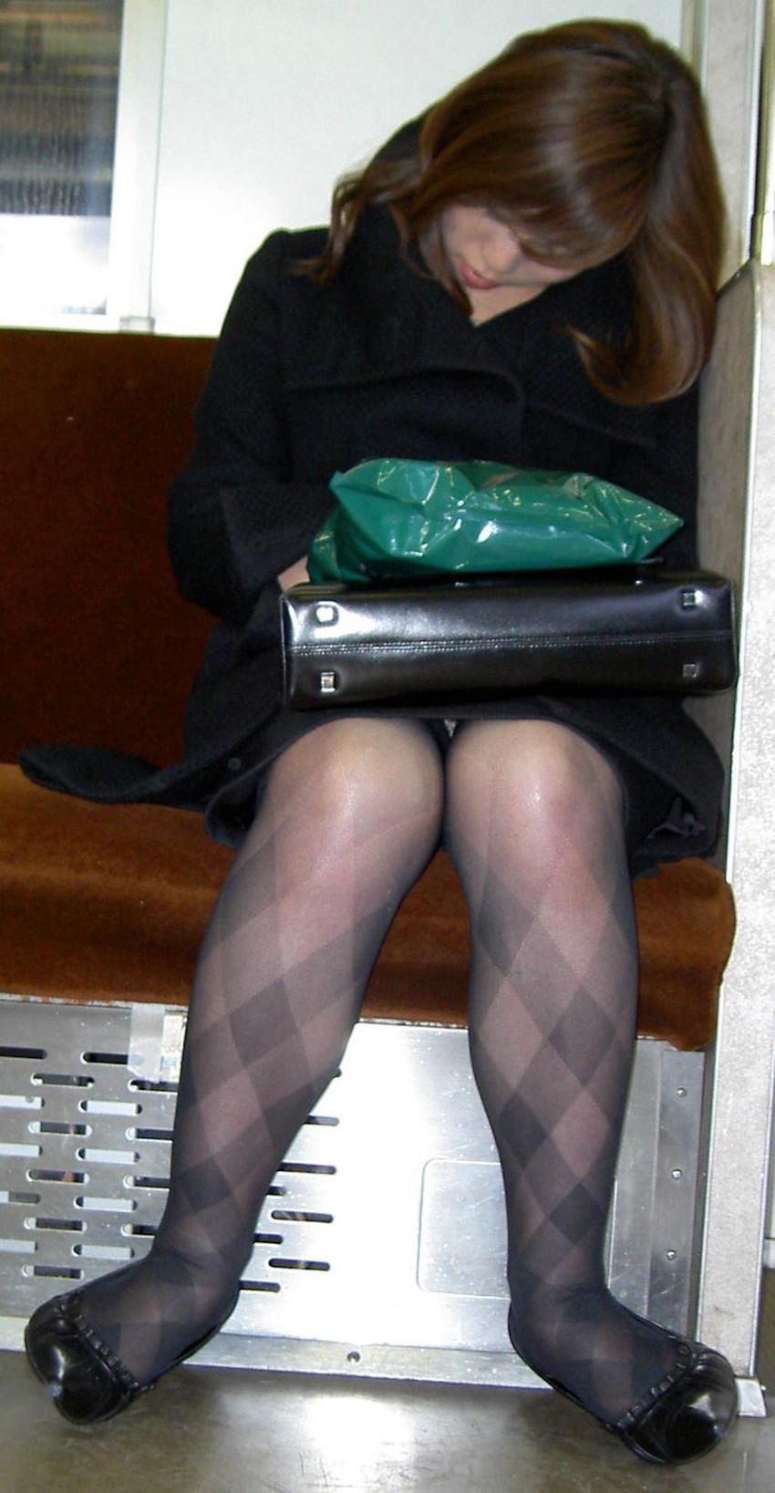 【居眠りパンチラエロ画像】居眠りOLが電車内でお股ユルユル!ww居眠り美女の無防備なパンチラを盗撮した居眠りパンチラのエロ画像集!ww【80枚】 35