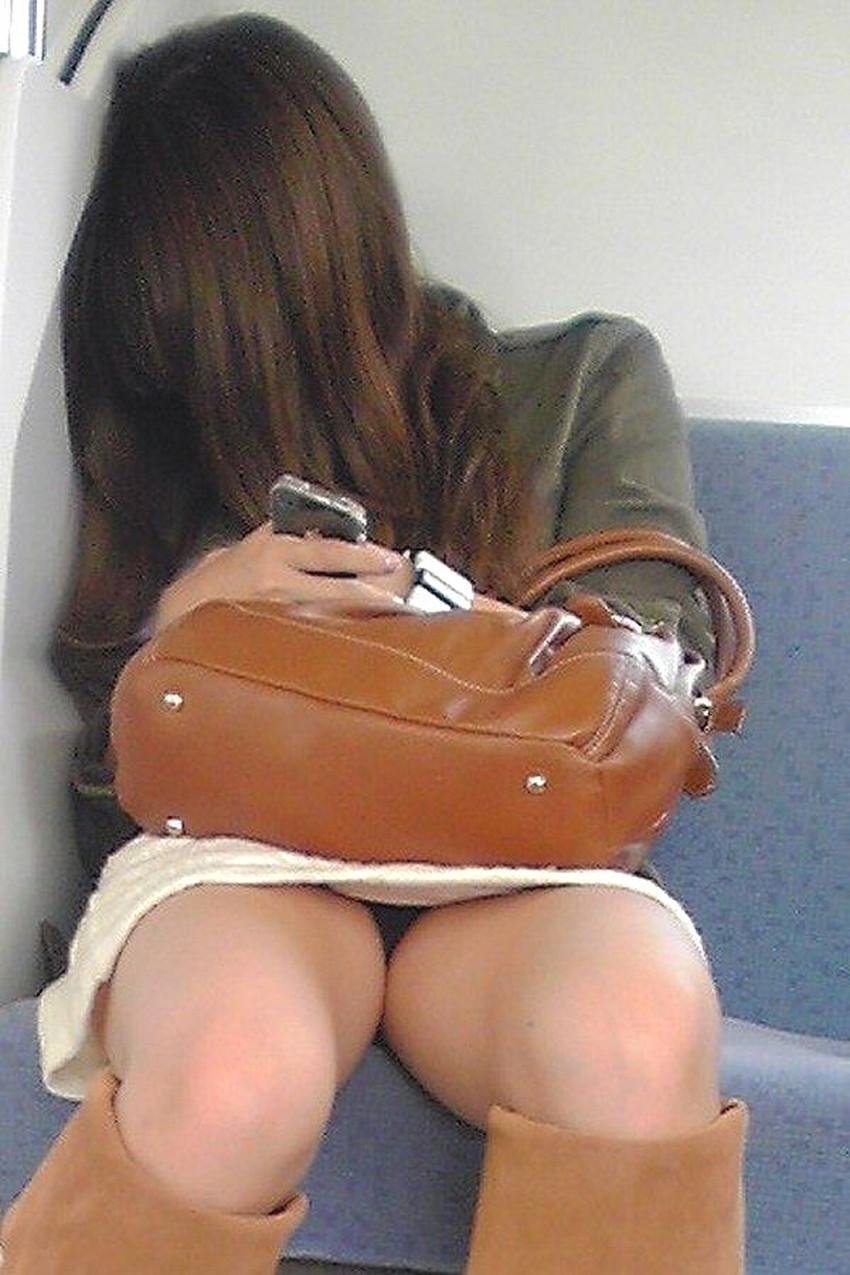 【居眠りパンチラエロ画像】居眠りOLが電車内でお股ユルユル!ww居眠り美女の無防備なパンチラを盗撮した居眠りパンチラのエロ画像集!ww【80枚】 38